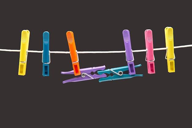 Kolorowe plastikowe spinacze do bielizny wiszące na linie
