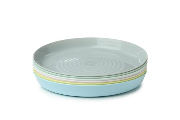 Kolorowe plastikowe talerze na białym tle