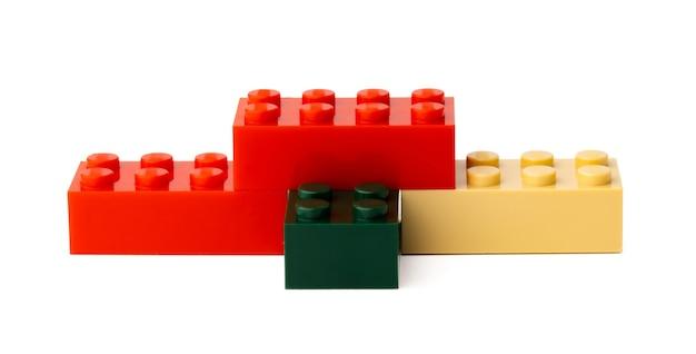 Kolorowe plastikowe zabawki bloki konstrukcyjne na białym tle