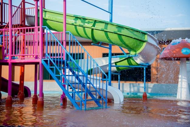 Kolorowe plastikowe zjeżdżalnie w parku wodnym w słońcu