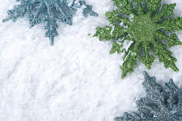 Kolorowe płatki śniegu na śniegu