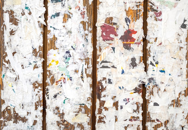 Kolorowe podarte plakaty na tle grunge lub tekstury starych wallas