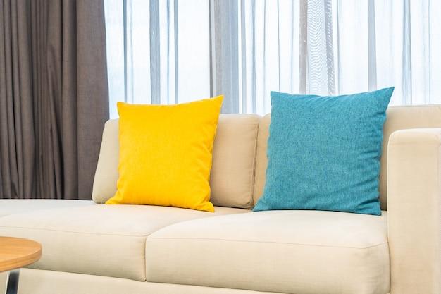 Kolorowe poduszki na beżowej sofie