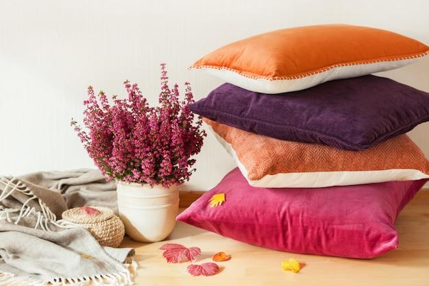 Kolorowe poduszki rzucają przytulny domowy jesienny kwiat nastroju
