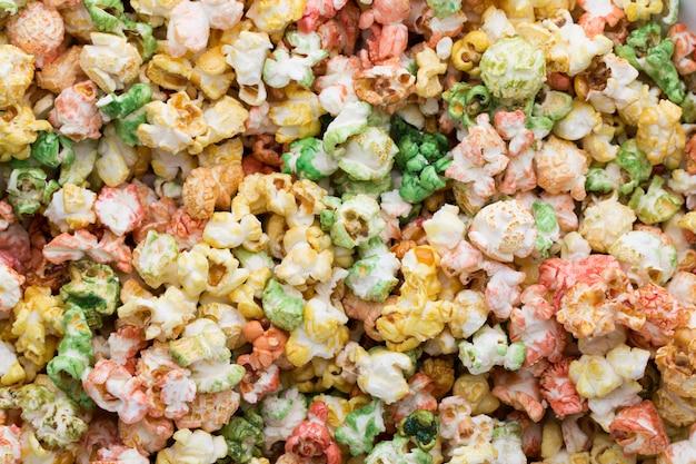 Kolorowe popcorn tekstura tło. słodki popcorn.