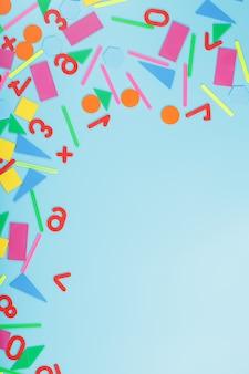 Kolorowe postacie i liczby dla dzieci na niebieskim tle. narzędzie do rozwijania myślenia dzieci.