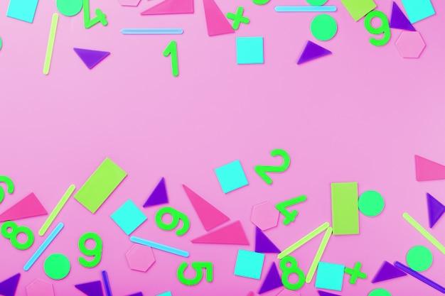 Kolorowe postacie i liczby dla dzieci na różowym tle. narzędzie do rozwijania myślenia dzieci.