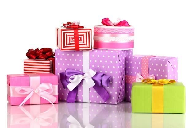 Kolorowe prezenty na białym tle