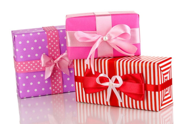 Kolorowe prezenty w kolorze czerwonym, różowym i fioletowym na białym tle