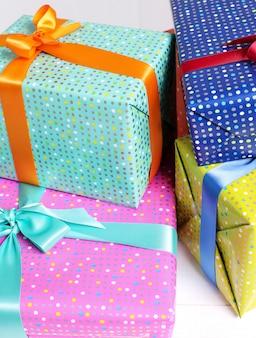 Kolorowe prezenty z ozdobną kokardką