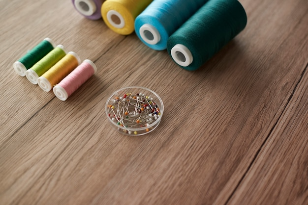 Kolorowe przedmioty na stole krawieckim