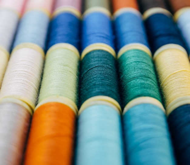 Kolorowe przędze plastikowe na rolkach do szycia
