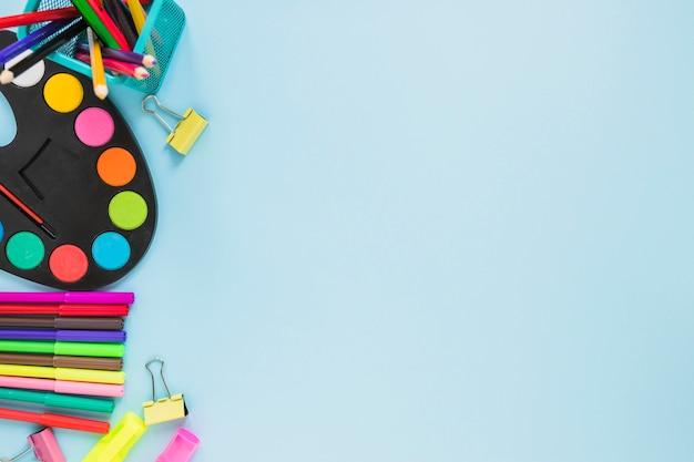 Kolorowe przybory do pisania układane po lewej stronie