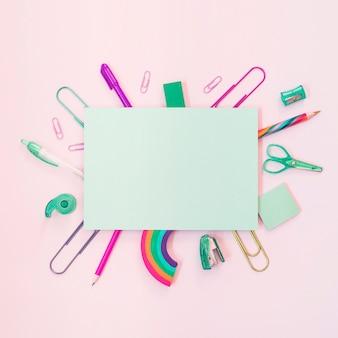 Kolorowe przybory szkolne z papierem do tekstu w środku