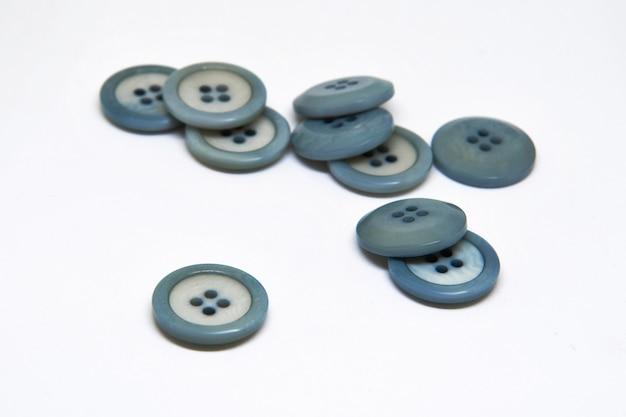 Kolorowe przyciski na ubrania na białym, używając do koncepcji button day.
