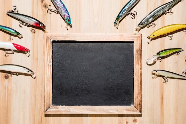 Kolorowe przynęty na drewnianym pustym łupku na powierzchni drewnianych