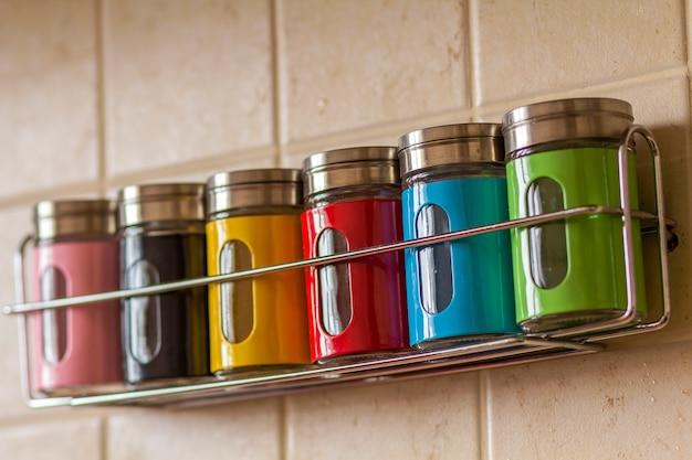 Kolorowe przyprawy pojemniki na sól i pieprz w kuchni