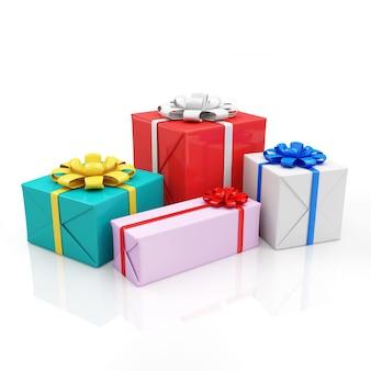Kolorowe pudełka na prezenty na białym tle