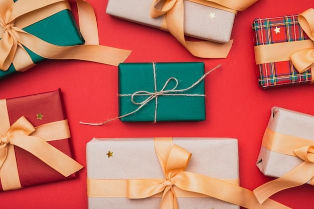 Kolorowe pudełka na prezenty na boże narodzenie