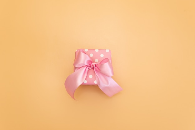 Kolorowe pudełka z kolorowymi wstążkami. żółte tło. prezenty na boże narodzenie lub urodziny.