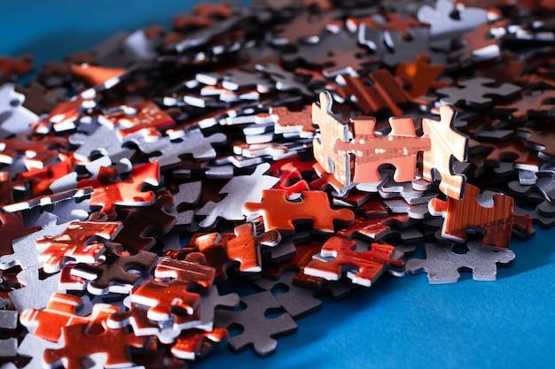 Kolorowe puzzle na niebieskim tle