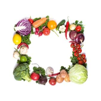 Kolorowe ramki warzyw, koncepcja zdrowej żywności. warzywa na białym tle.