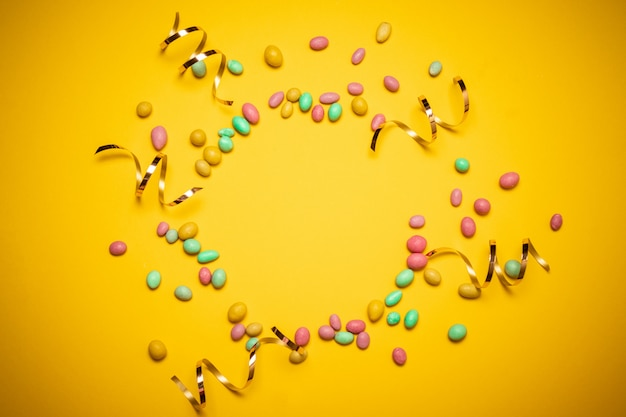 Kolorowe ramki wielu kolorowych cukierków dragee