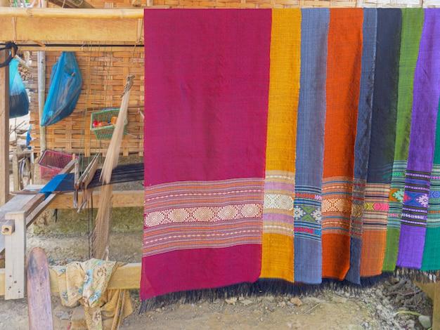 Kolorowe ręcznie robione szaliki z tradycyjną tkaniną dekoracyjną.