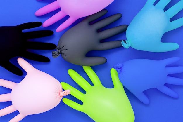 Kolorowe rękawiczki medyczne na białym tle. sterylny sprzęt dla przemysłu medycznego i kosmetycznego. skopiuj miejsce
