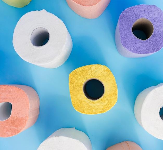 Kolorowe rolki papieru toaletowego leżały płasko