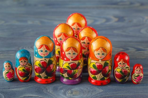 Kolorowe rosyjskie lalki gniazdujące matreshka babushka to najpopularniejsza pamiątka z rosji