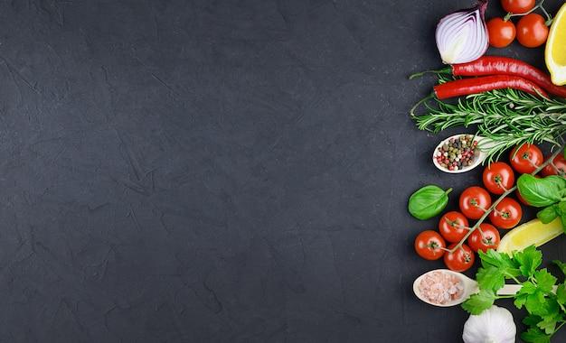 Kolorowe różne zioła i przyprawy do gotowania na ciemnym tle, kopia przestrzeń, makieta, baner. wysokiej jakości zdjęcie