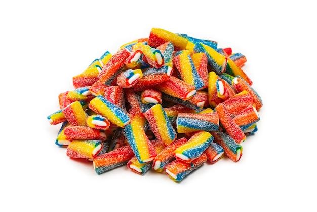 Kolorowe rurki, galaretki cukierki na białym tle