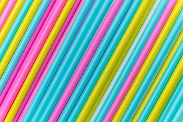 Kolorowe rurki koktajlowe leżą zbliżenie. widok z góry.