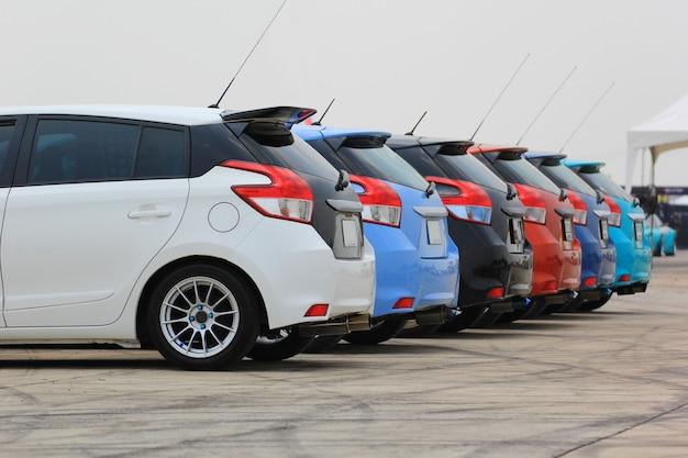 Kolorowe samochody na parkingu