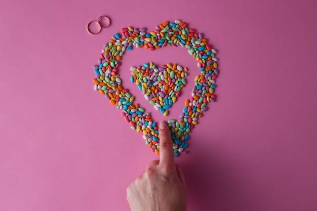Kolorowe serce ze słodkich drażetek