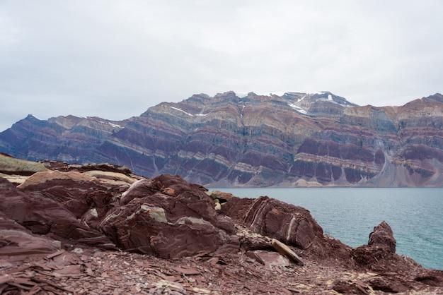 Kolorowe skały w wschodnim grenlandii zakończeniu up.
