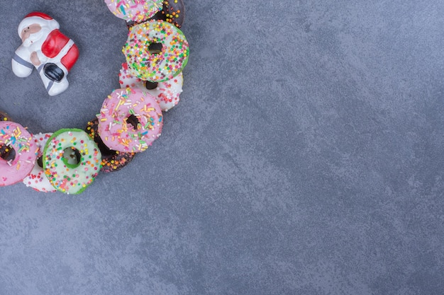 Kolorowe słodkie świeże pączki na szarej powierzchni