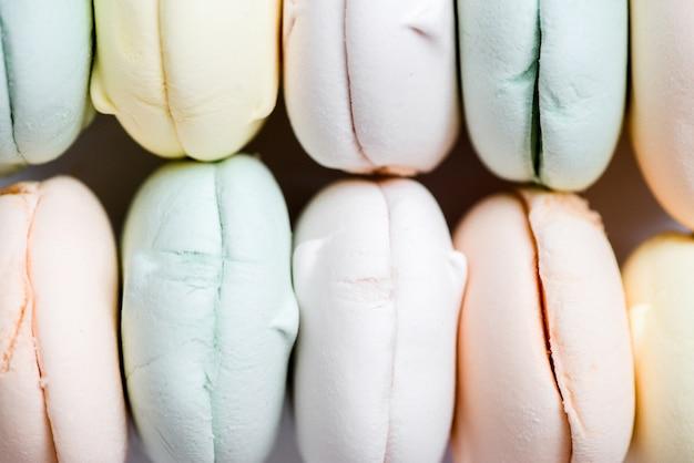 Kolorowe słodkie zefirowe pianki zefir. zefir w pastelowych odcieniach, z bliska