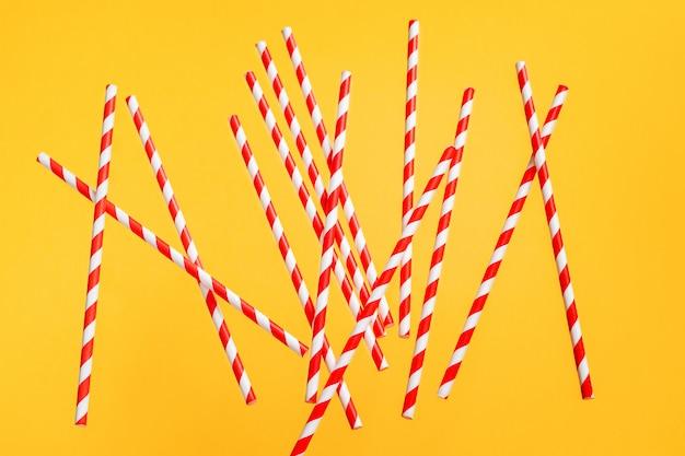 Kolorowe słomki do picia na jasnym tle. urodzinowy świąteczny rozochocony tło.