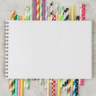Kolorowe słomki notatnik kopia przestrzeń