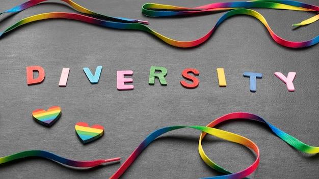 Kolorowe słowo różnorodność z tęczową sznurówką