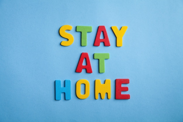Kolorowe słowo zostań w domu na niebiesko