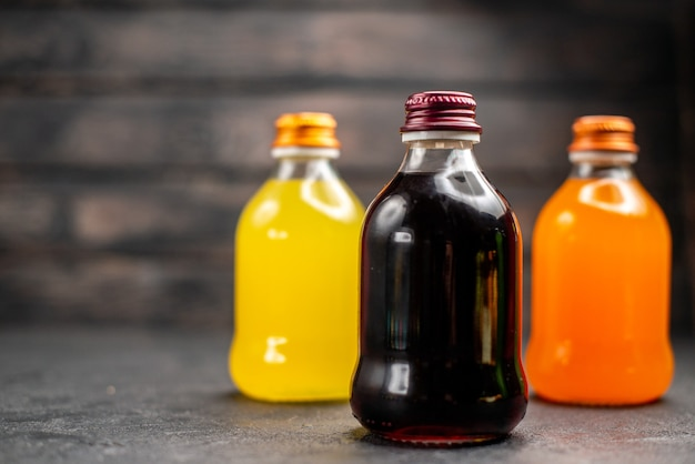 Kolorowe soki owocowe z widokiem z przodu
