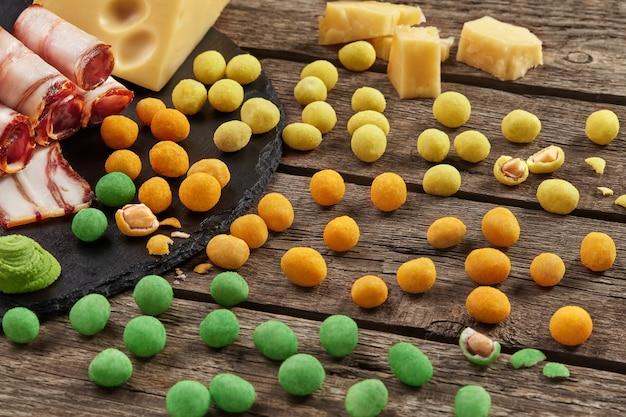Kolorowe solone chrupiące orzeszki ziemne z bekonem serowym i wasabi
