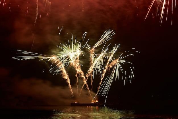 Kolorowe świąteczne fajerwerki na czarnym niebie