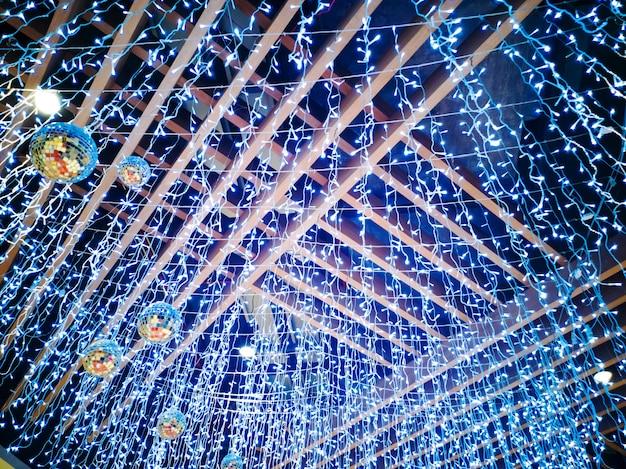 Kolorowe świąteczne lampki dekorują