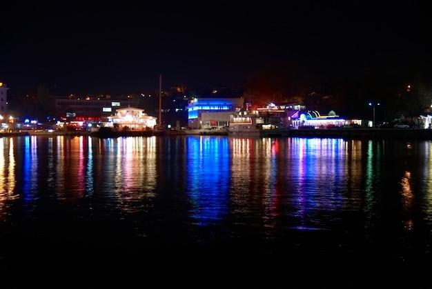 Kolorowe światła miasta z odbiciem miękkiej wody