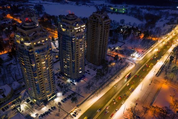 Kolorowe światła oświetlają ulice i budynki
