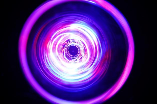 Kolorowe światło kręci się wokół podczas długiego naświetlania w ciemności.